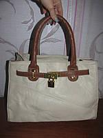 Белая сумка с коричневыми ручками
