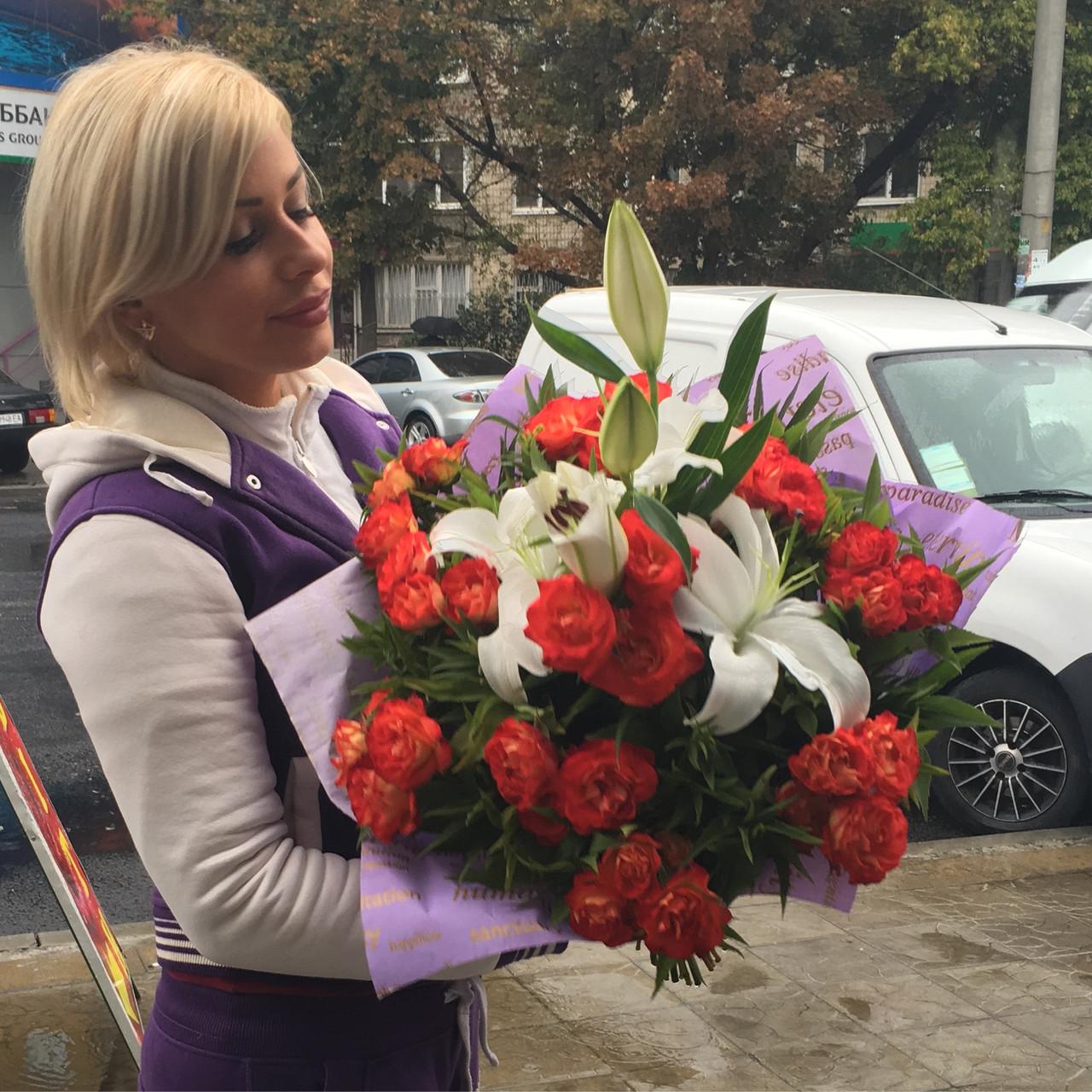 Шикарный букет с лилии и кустовой розы