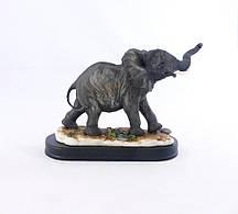 Статуэтка милый слоненок на деревянной подствке