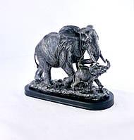Статуэтка Слониха со слоненком на деревянной подставке