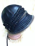 Черная  шляпка украшена мехом из нерпы