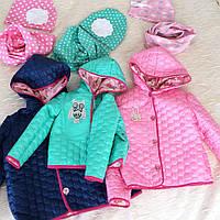 Модная яркая куртка на девочку с аппликацией стразами на пуговицах с капюшоном