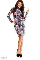 Яркое демисезонное женское платье полуприлегающего фасона под горлышко с модным принтом ангора