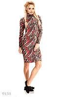 Повседневное яркое женское платье полуприлегающего фасона под горлышко с модным принтом ангора