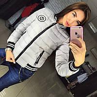 Теплая женская осенняя куртка на холлофайбере, с эмблемкой. Цвет серый
