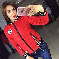 Теплая женская осенняя куртка на холлофайбере, с эмблемкой. Цвет красный