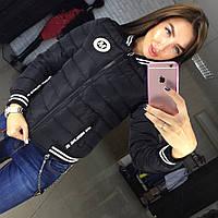 Теплая женская осенняя куртка на холлофайбере, с эмблемкой. Цвет черный