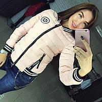 Теплая женская осенняя куртка на холлофайбере, с эмблемкой. Цвет пудра