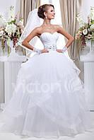 Свадебное платье с открытыми плечами пышное, с ассиметричным низом
