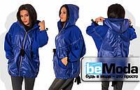 Эффектная женская демисезонная куртка из стежки-трикотажа и плащевки с рукавами кроя летучая мышь и блестящей молнией впереди цвета электрик