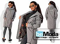 Удлиненная женская куртка из кашемира с примесью шерсти на подкладе с большим капюшоном и нашивками на спине и рукаве серая