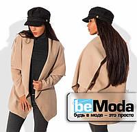 Стильный женский пиджак из кашемира оригинального кроя с большим воротником  и широким поясом бежевый