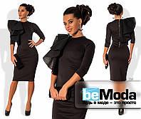 Экстравагантное женское платье приталенного кроя с блестящей молнией на спинке и декоративным украшением из неопрен-гипюра на плече черное