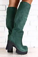 Женские сапоги-европейка на высоком устойчивом каблуке из натурального нубука изумрудного цвета