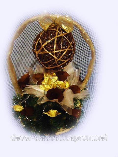 """Букет из конфет """"Новогодняя корзинка с шаром"""""""