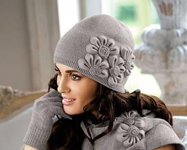Красивая стильная оригинальная шапка, украшенная цветами в тон, от Kamea Польша