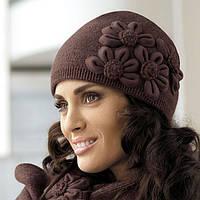 Красивая стильная оригинальная шапка, украшенная цветами в тон, c шарфиком от Kamea