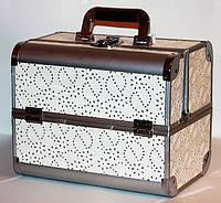 Алюминиевый кейс для косметики с полочками, на замке. Цвет- белый с камнями