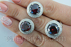 Серебряный комплект украшений круглой формы с красным камнем