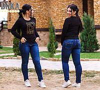 Обтягивающие женские джинсы с потертостями батал