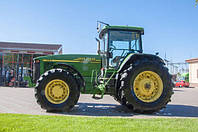 Колесный трактор John Deere является продуктом известного американского бренда. Модель можно назвать идеальным вариантом для обработки значительных сельскохозяйственных площадей.