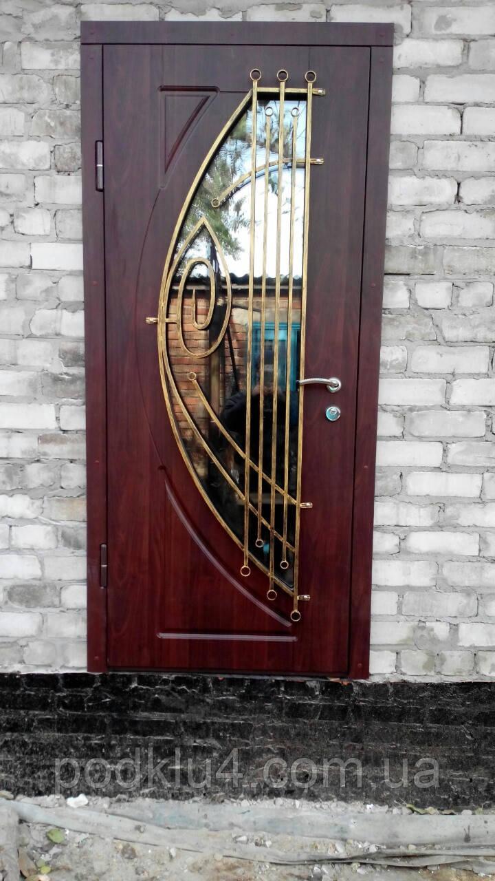 Дверь уличная со стеклопакетом и ковкой