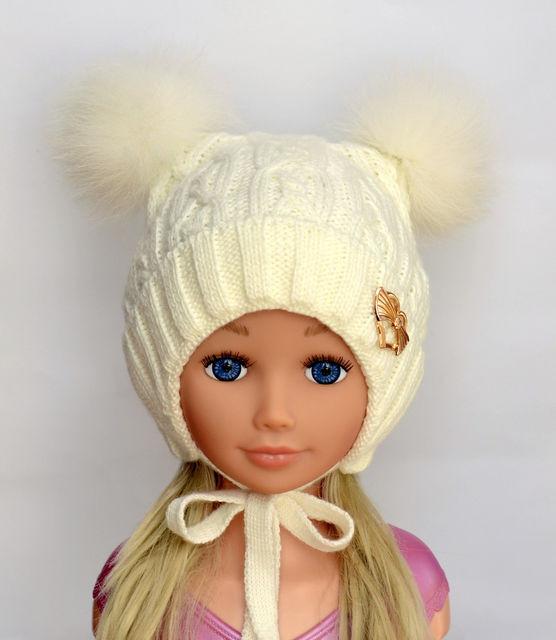 Зимняя шапочка для девочки с двумя помпонами