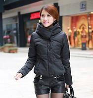 Короткая куртка с планочкой на кнопках и широким воротником-стойка