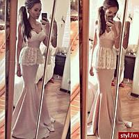 Длинное платье без рукавов с баской и гипюровой отделкой