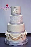Элегантный и очень красивый свадебный торт в серебристом цвете