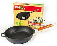 Сковорода (сотейник) чугунная литая глубокая 24 см с деревянной съемной ручкой Биол (0324)