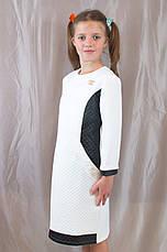 Детское красивое трикотажное платье, спереди украшено золотистой брошью Шанель., фото 2