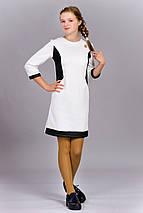 Детское красивое трикотажное платье, спереди украшено золотистой брошью Шанель., фото 3