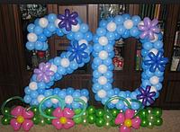 """Яркое число из шаров с поляной из цветов """"20"""""""