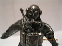 Фигурка статуэтка водолаз с миной сувенир металл сплав олова СКУЛЬПТУРА размер 6.5см высота на 9 см