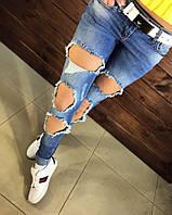 Модные, молодежные джинсы с крупными рваными дырам. Armani