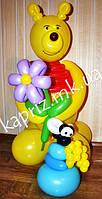 Винни Пух с цветком и горшочком меда из шаров