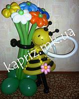 Милая пчелка с разноцветным букетом из шаров на основе