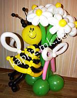 Пчелка из шаров с букетом из 7 белых ромашек на основе