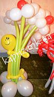 Человечек из шаров с 5 большими ромашками на основе
