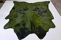 Темно зеленая большая шкура быка с черными пятнами