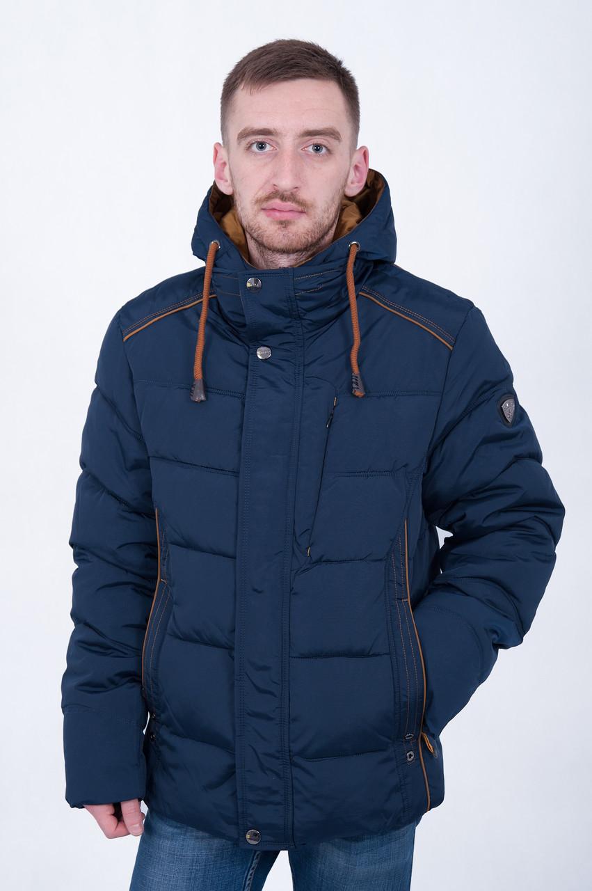 Чоловіча зимова куртка синього кольору.
