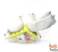 Фарфоровая статуэтка Пара голубей на домике