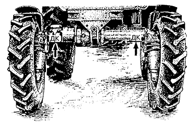 Рис. 1. Места поддомкрачивания трактора (указаны стрелками)