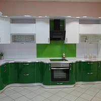 Просторная зеленая угловая кухня