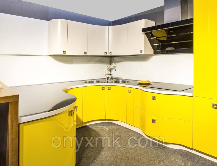 Стильная желтая волнообразная кухня