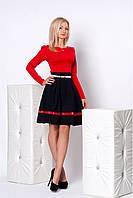 Яркое офисное платье в сочетании красного верха и черной юбки