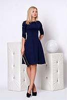 Модное офисное платье темно-синего цвета с декоративными сладками