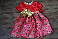 Яркое праздничное детское платье с пышным низом и новогодним принтом
