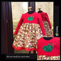 Модное теплое  детское платье с пышным низом и новогодним принтом